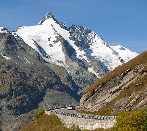 Goldener Herbst an der Großglockner Hochalpenstraße -Gletscherstraße mit Blick auf Großglockner