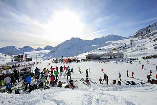 Neuschnee und Sonnenschein bescherten den Tiroler Gletscherskigebieten am vergangenen Wochenende viele Skigäste.