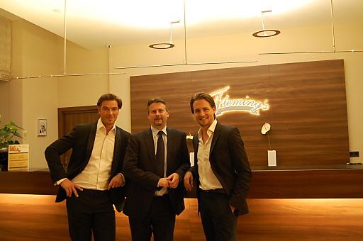 Check-In der Musicalstars Alexander Klaws und Jan Ammann im Flemings Deluxe Hotel Wien City, Begrüßung durch Hoteldirektor Martin Sperl
