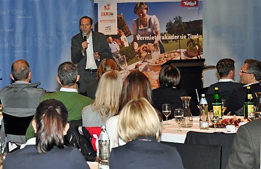 Referent Gernot Memmer, Geschäftsführer Kohl und Partner, diskutierte am 4. Dezember im Tiroler Landhaus mit Tiroler Tourismus-Geschäftsführern, Bildungsbeauftragten und Vermietercoaches fünf Thesen für Destinationsaufgaben der Zukunft.