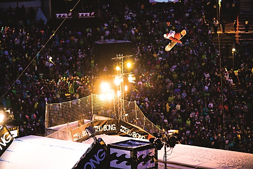 Das Bergiselstadion Innsbruck ist die perfekte<br /> Kulisse für die atemberaubenden Snowboard-Acts und das Partyfeeling des Air + Style Innsbruck 2015.