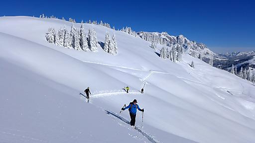 Sicher auf Skitour: Der Alpenverein empfiehlt Entlastungsabstände von 10 Metern beim Aufstieg in Steilhängen (über 30 Grad). Das reduziert nicht nur die Belastung auf die Schneedecke, sondern steigert auch den Komfort bei Spitzkehren.