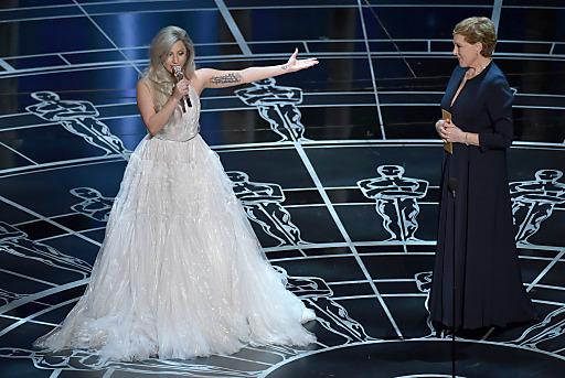 """Sängerin Lady Gaga hat bei der 87. Oscarverleihung die weltbekannten Melodien des Musicals """"The Sound of Music"""" in einem Medley zum Besten gegeben. Für ihren Auftritt gab es großen Applaus und Gratulationen. Im Bild: Lady Gaga mit der Hauptdarstellerin von 1965, Julie Andrews."""