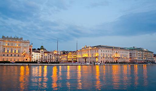 Flanieren und anschließend einen Aperitiv auf der Piazza Unita d`Italia geniessen?