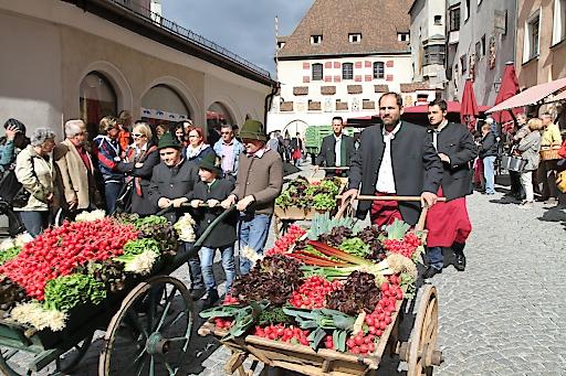 Gemüsewagen vor dem Haller Rathaus