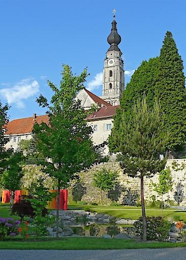 Braunau: Jägerstätterpark mit Blick auf die Stadtkirche Braunau