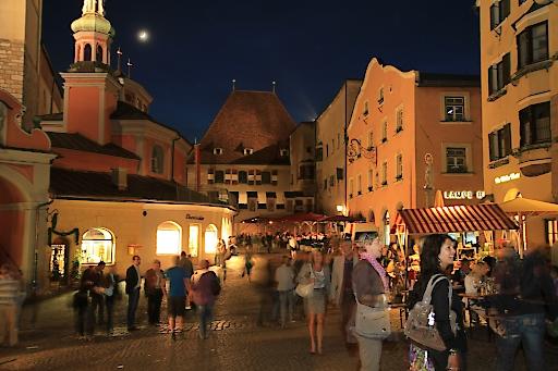 Lange Einkaufsnacht in Hall in Tirol, Treffpunkt ist der Obere Stadtplatz vor dem Rathaus.