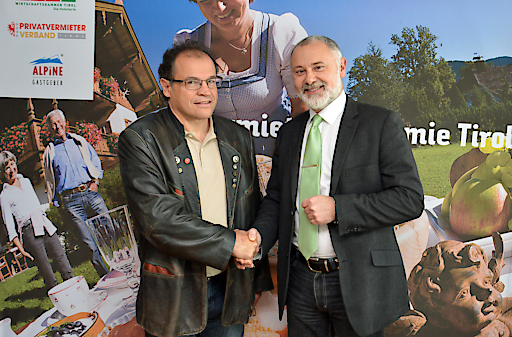 Der Leiter der Tourismusabteilung des Landes Tirol, Gerhard Föger (rechts), gratuliert Obmann Armin Falkner zur Betriebsoffensive des Tourismusverbandes Tiroler Oberland.