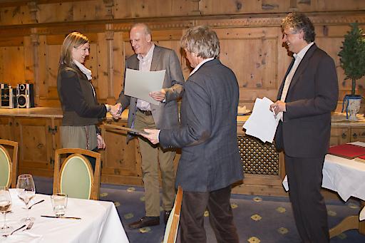 Die Geschäftsführer Helmut und Anton Gschwentner und Andreas Kröll, Fachgruppenobmann der Tiroler Reisebüros gratulierten und überreichten die Ehrenurkunden als Zeichen der Anerkennung.