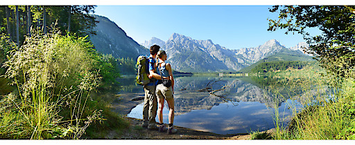 Romantik pur: Wandern am Almuferweg wie hier am Almsee mit dem Toten Gebirge im Hintergrund.