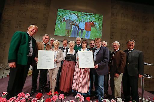 Christian Vötter, Toni Lassacher sowie die VertreterInnen der GenussRegion Bramberger Obstsaft bei der Verleihung des SN-Volkskulturpreises am Donnerstag, 11. Juni.