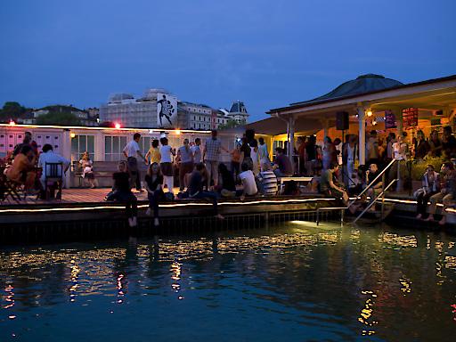 Barfussbar, eine der vielen Badi-Bars in Zürich