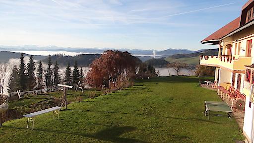 Blick über halb Kärnten - das 1. Ökohotel Österreichs, ausgezeichnet mit dem österreichischen und europäischen Umweltzeichen