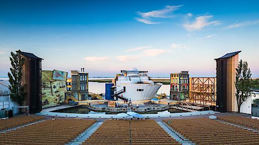 """Das Bühnenbild zu Johann Strauss' """"Eine Nacht in Venedig"""" auf der Mörbischer Seebühne bildet einen würdigen Rahmen für die Präsentation der Ö-Tour-Teams am 5. Juli ab 8:00 Uhr."""
