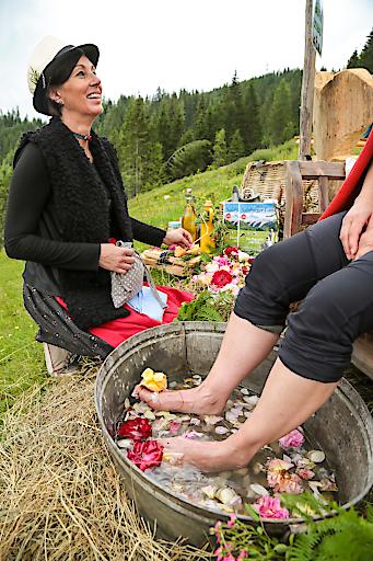 Karin Klumair von der Tiergartenalm ließ für Anita Neureiter und alle weiteren müden Wanderbeine ein ganz spezielles, erfrischendes Kräuterfußsalzbad ein.