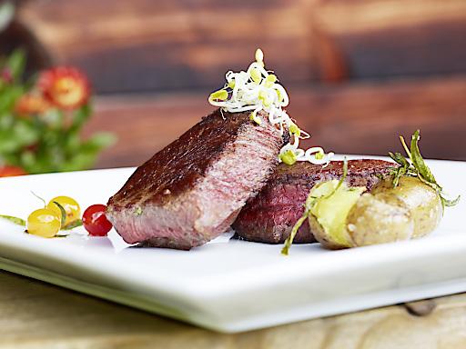 Bad Kleinkirchheim.Bild: im Rahmen der Kulinarischen Sternwanderung am 18. Juli wird Rindfleisch aus den Nockbergen - Nockalmrind - seviert.