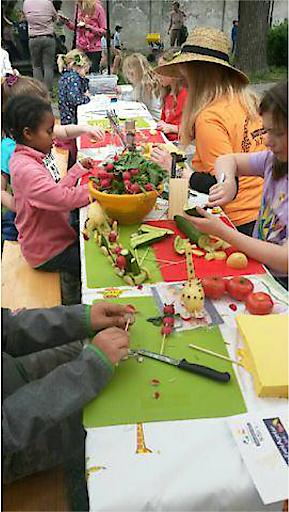 Kinder unterhalten sich am Haller Bauernmarkt
