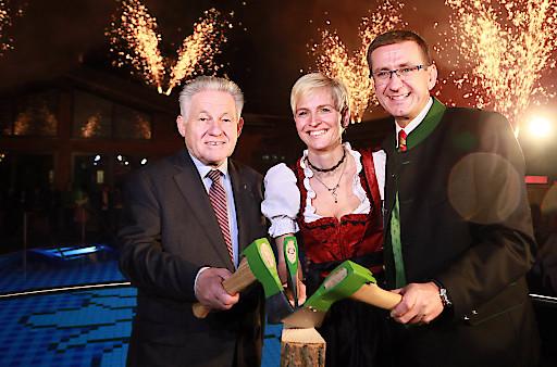 Mit einem fulminanten Feuerwerk wurde die neue AusZeit eröffnet - Eurothermen-Generaldirektor Markus Achleitner mit Gattin Silke und Aufsichtsrats-Chef LH Dr. Josef Pühringer freuten sich über den Start der neuen AusZeit. (v.r.)