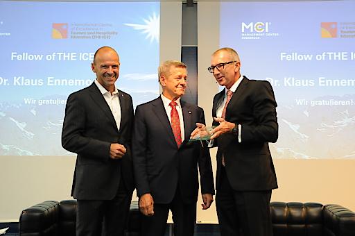 Hubert Siller, Leiter MCI Tourismus, und MCI Rektor Andreas Altmann überreichen Klaus Ennemoser die Auszeichnung von THE ICE für sein Lebenswerk.