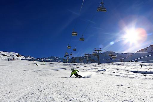 Wintersportfreunde dürfen sich in Obergurgl-Hochgurgl bereits über gute Pistenqualität freuen (Bild aufgenommen am 12.11.2015) und profitieren bis 22. November von ermäßigten Skipasstarifen.