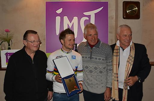 Imst Testimonial und Rad Weltmeister Daniel Federspiel erhielt von Tirols Radsportpräsident Harald Baumann das Goldene Ehrenzeichen des Radsportverbandes Tirol.