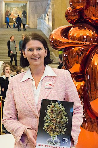 Christa Bauer, Präsidentin des Vereins der geprüften Fremdenführer, mit dem neuen Kulturmagazin, das am Welttag der Fremdenführer im Naturhistorischen Museum präsentiert wurde. Mit 6.500 Besuchern brach die Veranstaltung den bisherigen Rekord.