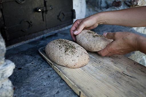 Slow Food Travel Erlebnis - Brotbacken im Lesachtal. Das Lesachtaler Brot ist UNESCO Weltkulturerbe.