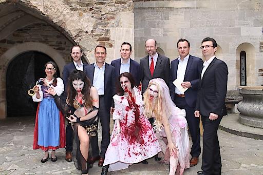 Aufsichtsratsvorsitzender der Burgenland Tourismus GmbH Michael Haas (1.v.r.) und Burgenland Tourismus-Geschäftsführer Mario Baier (3.v.l.) mit den Referenten des Symposiums und Schauspielern des Dracula Theaters der Burg Lockenhaus.