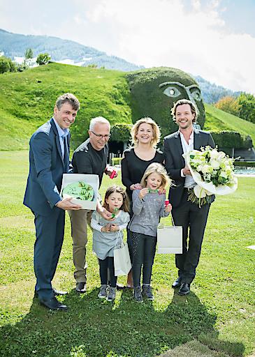 Stefan Isser (li.) und Markus Langes-Swarovski (re.) begrüßten am Nachmittag des 27. April 2016 Ingrid Siller und Hannes Irowec mit ihren beiden Töchtern Sofia und Leni als 13 Millionste Besucher in den Swarovski Kristallwelten.