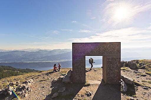 Am Millstätter See feiern Kinder diesen Sommer ihre Gipfelpremiere und nehmen das 2.060m hoch gelegene Granattor auf der Millstätter Alpe ins Visier.