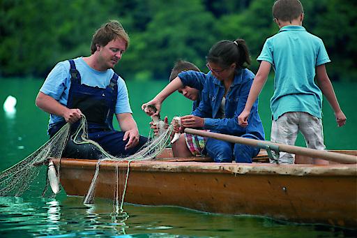 Der frische Fang aus dem Millstätter See wandert in die Kochtöpfe der umliegenden Restaurants oder findet, von den Kindern ausgiebig bestaunt, den Weg zurück ins kühle Nass.