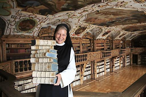 """Der neue Folder """"kunst.werk.statt Kloster"""" von Klösterreich präsentiert Klöster mit ihrer Sinnstiftung und Spiritualität über die Jahrhunderte, die in besonderen Kunstwerken ihren Ausdruck findet: www.kloesterreich.at."""