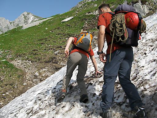 Vorsicht zu Saisonbeginn: Das Absturzrisiko beim Überqueren von Altschneefeldern wird oft unterschätzt!