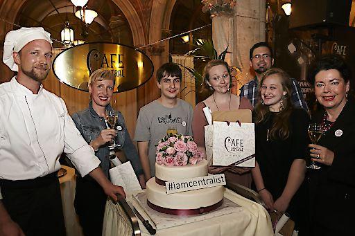 http://www.apa-fotoservice.at/galerie/7851/ Im Bild v.l.n.r.: Café Central Patissier Matthias Spacek, Verena Göltl, Elias Hirschl, Alice Reichmann, Markus Grundtner, Semira Ali und Gabriele Hofer-Kisch
