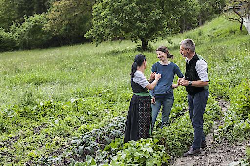 Tiberio Sorvillo - www.visualite.it - Stefan Fauster mit Frau Ruth im Gespräch mit einer ihrer nachhaltigen Lieferanten aus dem Ort.
