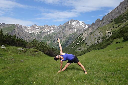 Beim Yoga auf der Platteinwiese ist der Hausberg der Imster immer mit dabei: Muttekopf, 2774 m.