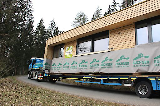 Auf Tiefladern wurden die fix und fertig zusammengebauten Ferienhäuser von Buchner Holzbaumeister aus dem Mühlviertel in die Steiermark transportiert. Foto: Buchner Holzbaumeister