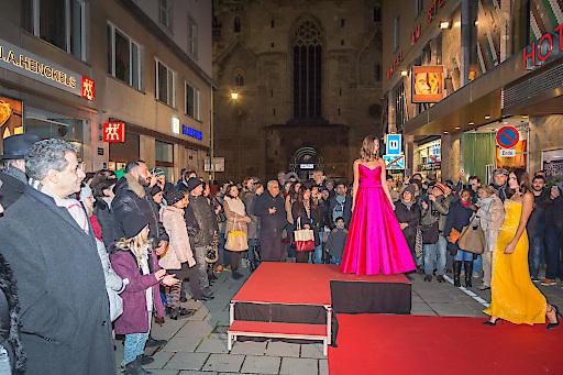 Das zahlreich erschienene Publikum war begeistert und in der Jasomirgottstrasse und am Stephansplatz waren auch die letzten Plätze besetzt.