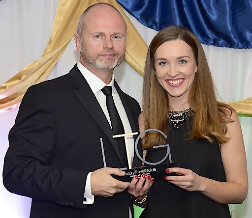 LTA Präsident Shane Green überreicht den Award an Aurelio Marketing & PR Managerin Claudia Epp