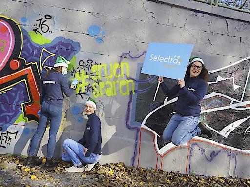 """Im Bild v.l.n.r.: """"Das Team von Selectra Österreich Gmbh verlängert bis Ende des Jahres den ersten grünen Gemeinschaftskauf."""" Personen am  Charlotte Van Acker, Caroline Imbeau und Heidi Heindl."""
