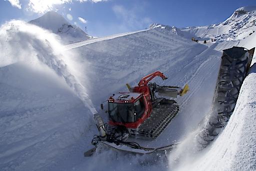 Das Pipemonster beim Bau der 160 langen und 6,6 m hohen Superpipe am Kitzsteinhorn