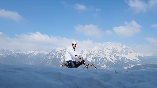 Aus dem Steiermark-Winterclip: Johann Lafer auf 2,8 PS durch die winterliche Steiermark (Walcheralm mit Blick aufs Dachsteinmassiv)