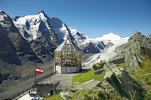 Mächtig scheint der 3.798 Meter hohe Großglockner schützend seine Flanken über dem Nationalpark Hohe Tauern auszubreiten.