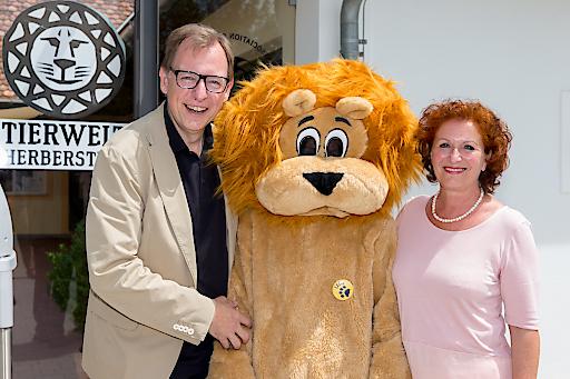 LR Dr. Christian Buchmann mit Tierwelt GF Doris Wolkner-Steinberger und Maskottchen Leon