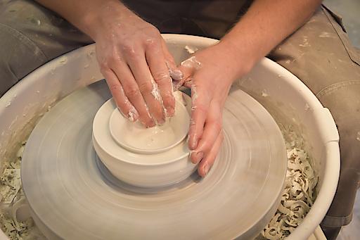 Betriebe der Initiative Handwerk und Manufaktur im Waldviertel bieten Besuchern die Möglichkeit Keramikkurse für Anfänger und Fortgeschrittene zu besuchen! Vasen, Teller und Schalen entfalten sich zu künstlerischen Formen. Zudem werden bei den Spezialisten maßgeschneiderte Kachelöfen, Heizkamine und Fliesen hergestellt.