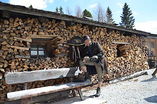 Startklar für den Sommer: Der Butler auf der Turracher Höhe hängt sein Pistenoutfit an den Nagel und poliert schon mal seine Bergschuhe.