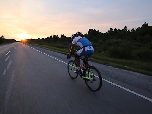 """""""Du schaffst, was Du willst"""": für Wolfgang Fasching beruht jeder Erfolg auf der eigenen mentalen Stärke. Mit dieser Philosophie bezwang Fasching die Seven Summits, fuhr mit dem Rad in 21 Tagen 10.000 Kilometer nonstop durch Russland und gewann dreimal das härteste Radrennen der Welt, das Race Across America."""