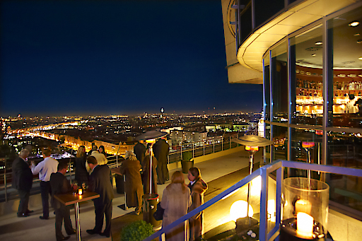 """Im Restaurant-Bar-Lounge """"dasTURM"""" wird den Gästen neben kulinarischen Speisen auf 2 Hauben-Niveau ein atemberaubender Blick im 22.Stock über der Wiener City serviert. Die Cocktailbar-Lounge befindet sich unterhalb des Restaurants im 21.Stock."""