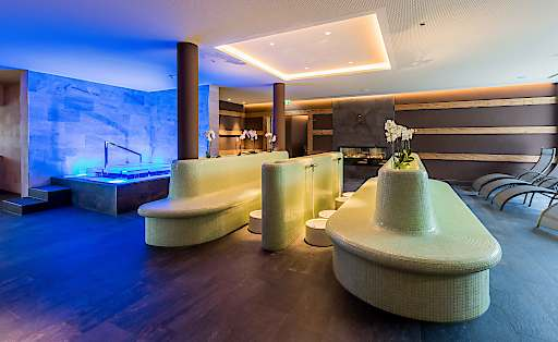 Das beleuchtete, gläserne Tauchbecken von KLAFS im neuen Telfer Bad verspricht wohltuende Abkühlung nach dem Saunagang.