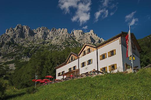 Frontalansicht der Gaudeamushütte am Wilden Kaiser